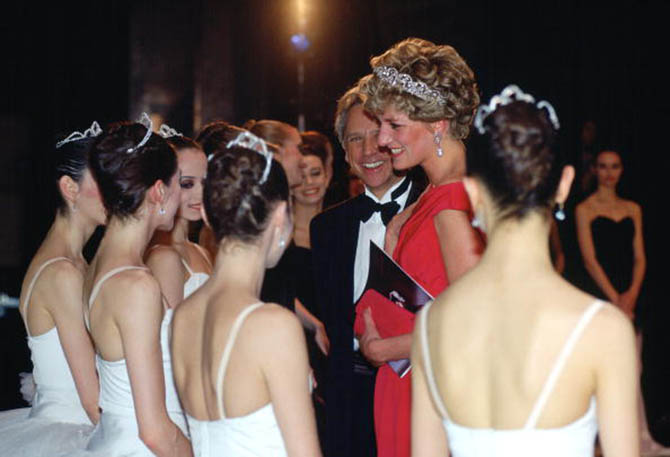 Princess Diana wearing the Spencer Tiara while talking to ballerinas from the English National Ballet after their 1992 gala performance in Budapest. Photo by Tim Graham/Getty Images