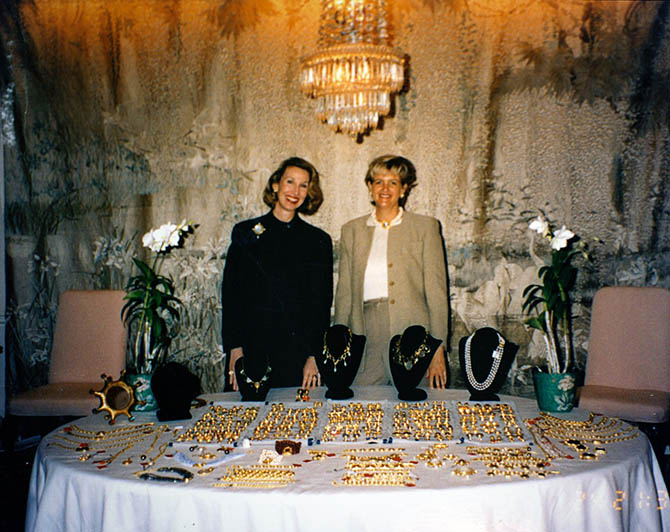 Elizabeth Locke with Nancy Stewart in the early days of her jewelry designer career selling jewelry off a dining room table in Raleigh, North Carolina. Photo courtesy
