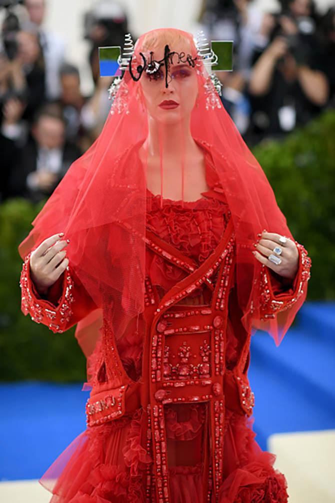Katy Perry wearing Lorraine Schwartz rings at the 2017 MET Gala