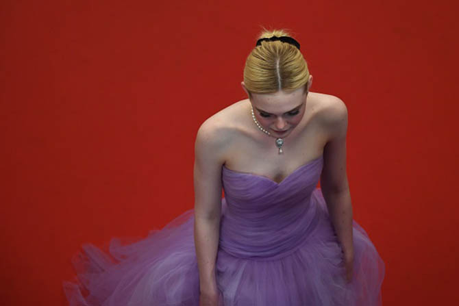 US actress Elle Fanning arrives on May 24, 2017 for the screening of the film 'The Beguiled' at the 70th edition of the Cannes Film Festival in Cannes, southern France. / AFP PHOTO / Antonin THUILLIER (Photo credit should read ANTONIN THUILLIER/AFP/Getty Images)