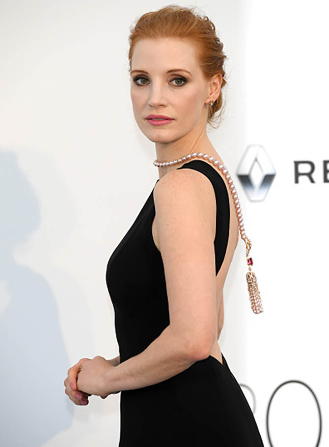 CAP D'ANTIBES, FRANCE - MAY 25: Jessica Chastain in Piaget necklace arrives at the amfAR Gala Cannes 2017 at Hotel du Cap-Eden-Roc on May 25, 2017 in Cap d'Antibes, France. (Photo by Venturelli/WireImage for amfAR)