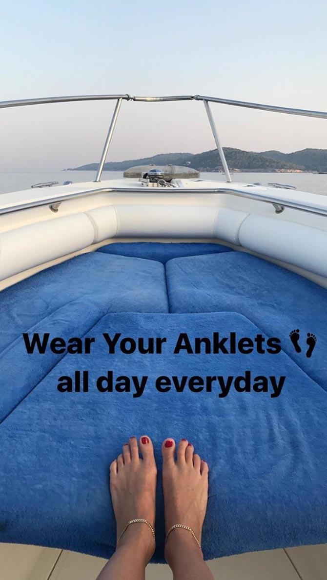 A pair of anklets on Venyx designer Eugenie Niarchos Photo from @venyxworld Instagram Stories