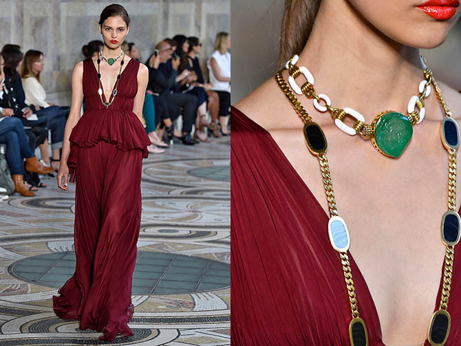 The vintage pieces from Eleuteri paired with a wine color Giambattista Valli gown include a David Webb white enamel and gold chain link necklace with a large carved emerald and a 1970s Bulgari gold chain necklace with agate stations. Photo Getty