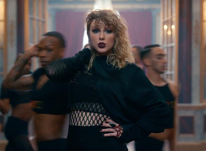 In the I Heart TS scene, Taylor Swift wears a ring by diamond in carbon fiber ring by Mattia Cielo