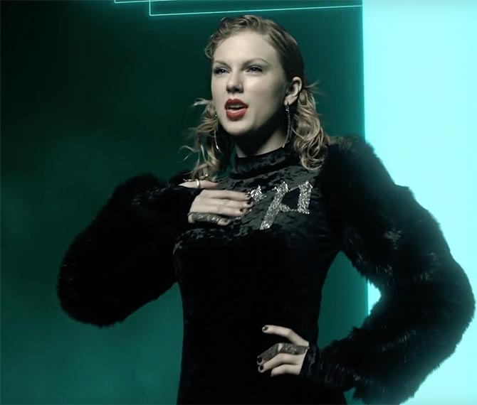 "Taylor Swift wears a Noudar black diamond double finger ring in ""Look What You Made Me Do"" video"