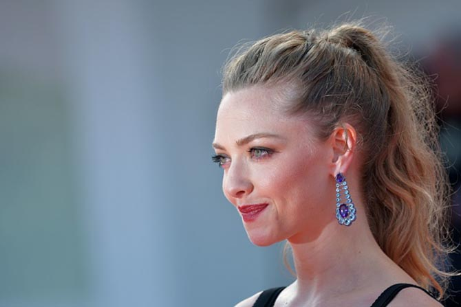 At the First Reformed premiere, Amanda Seyfried wore sapphire, amethyst and topaz earrings by Chopard.