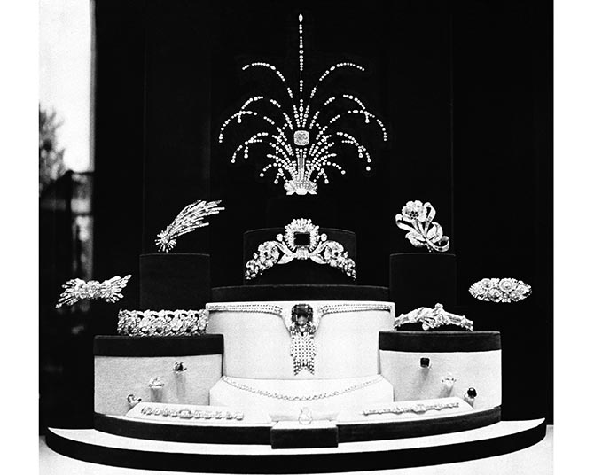 The Tiffany display of jewels at the 1939 New York World's Fair included an arrangement of unmounted diamonds with the Tiffany Diamond at the center. Photo courtesy