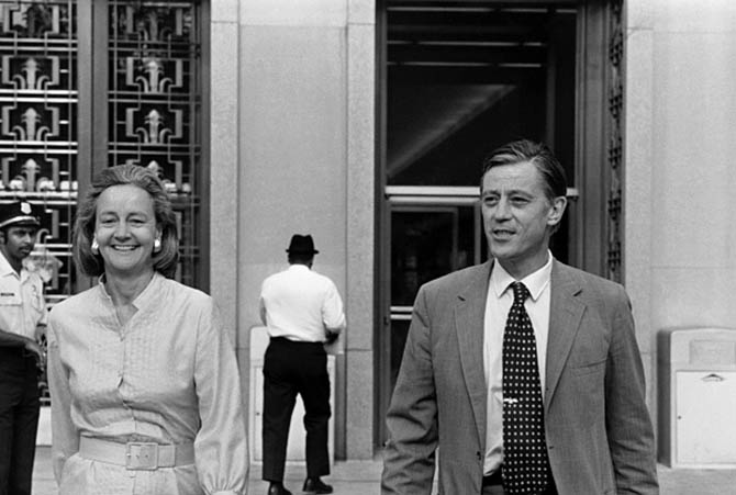 Katharine Graham wearing a shirt dress and her wide gold hoops as she leaves the courthouse with her editor Ben Bradlee. Photo Getty