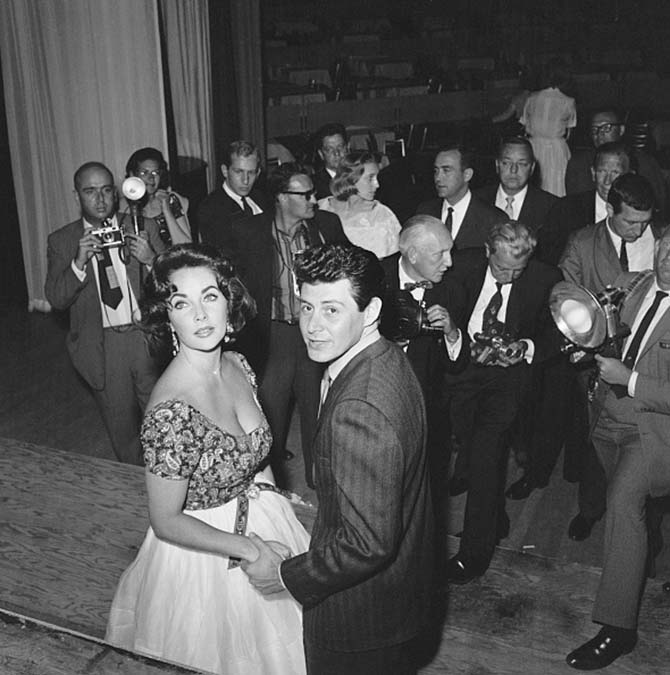 Elizabeth Taylor wearing her heart pendant while being photographed with Eddie Fisher in Las Vegas shortly before their 1959 wedding. Photo Getty