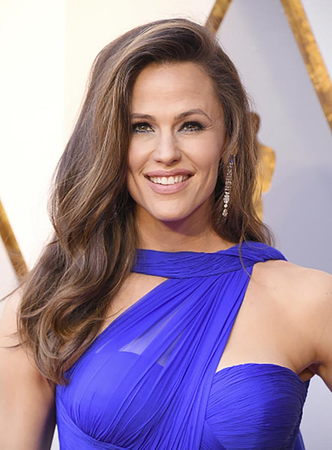 Jennifer Garner in diamond and sapphire earrings by Piaget