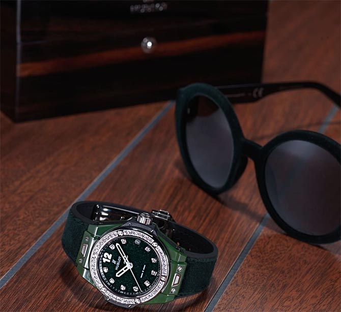 Hublot Big Bang in dark green velvet with matching sunglasses from Italian Independent. Photo @Hublot/Instagram