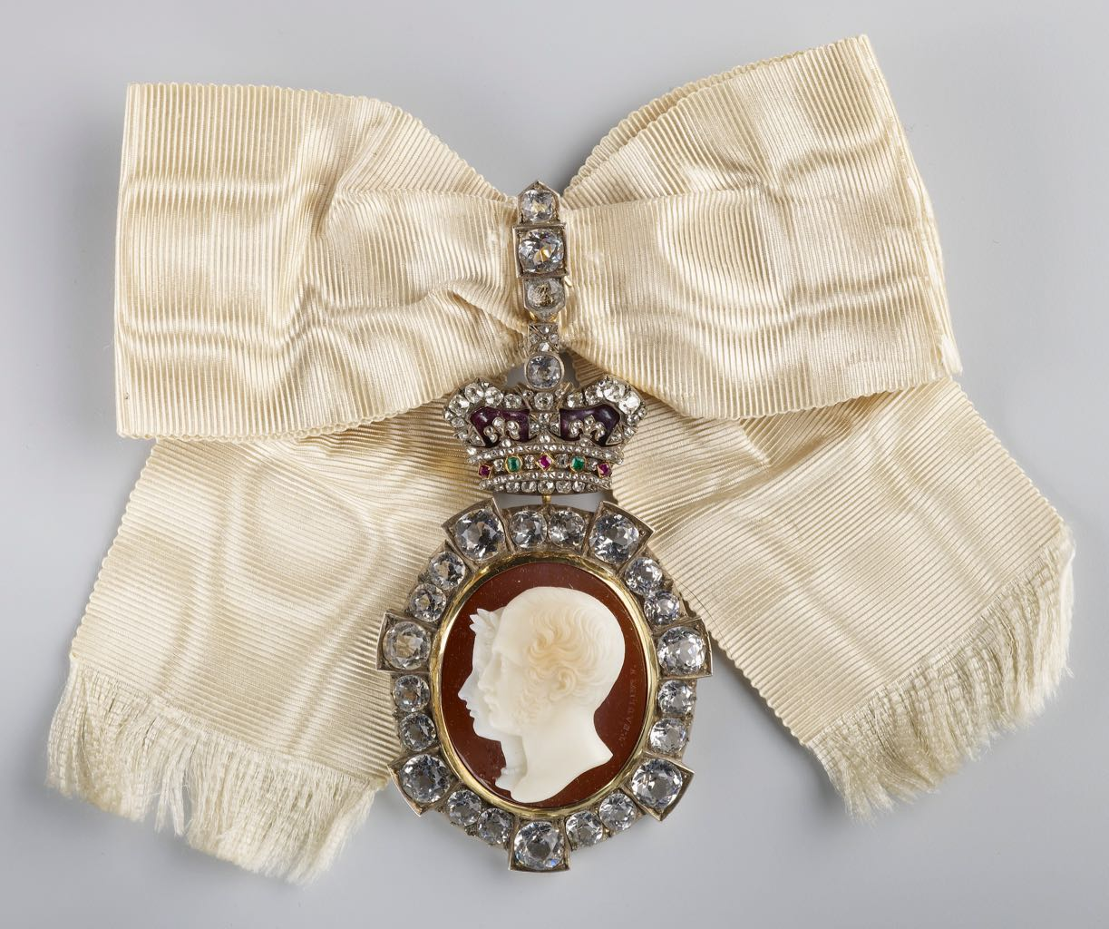 Badge of the Order of Victoria and Albert made around 1863 of a sardonyx cameo in a setting composed of gold, silver, enamel, diamond, rubies, emeralds, white pastes. Photo Royal Collection