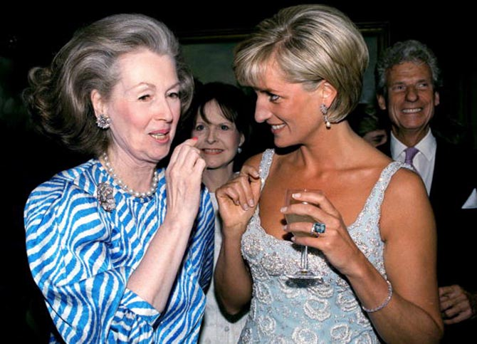 Princess Diana wearing her aquamarine ring while talking with Raine, Comtesse De Chambrun at Christie's in 1997. Photo Tim Graham/Getty Images