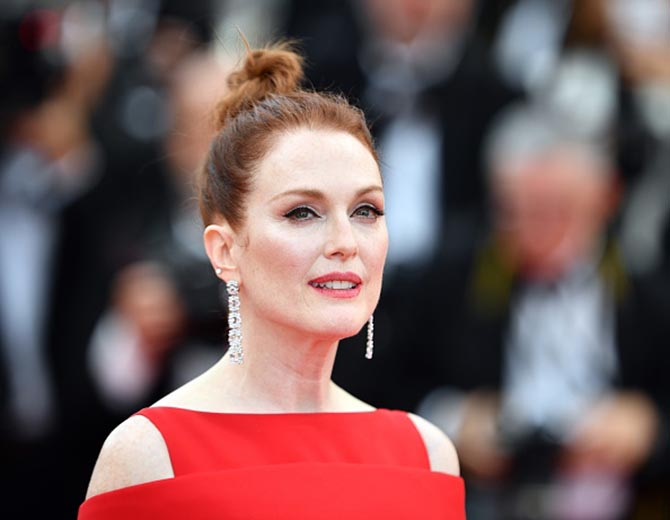 Julianne Moore paired sensational diamond earrings from Chopard with a red Givenchy Haute Couture gown.