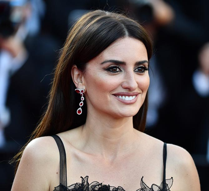Penélope Cruz wore a Chanel gown and debuted earrings from her Atelier Swarovski by Penélope Cruz Fine Jewelry Collection.