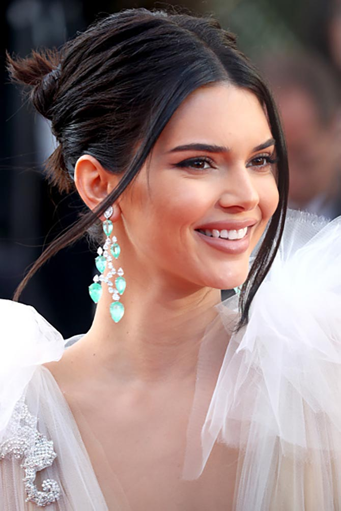 Kendall Jenner sparkled in Chopard earrings from the Haute Joaillerie Collection set with 68-carats of pear shaped emeralds and 15-carats of diamonds.