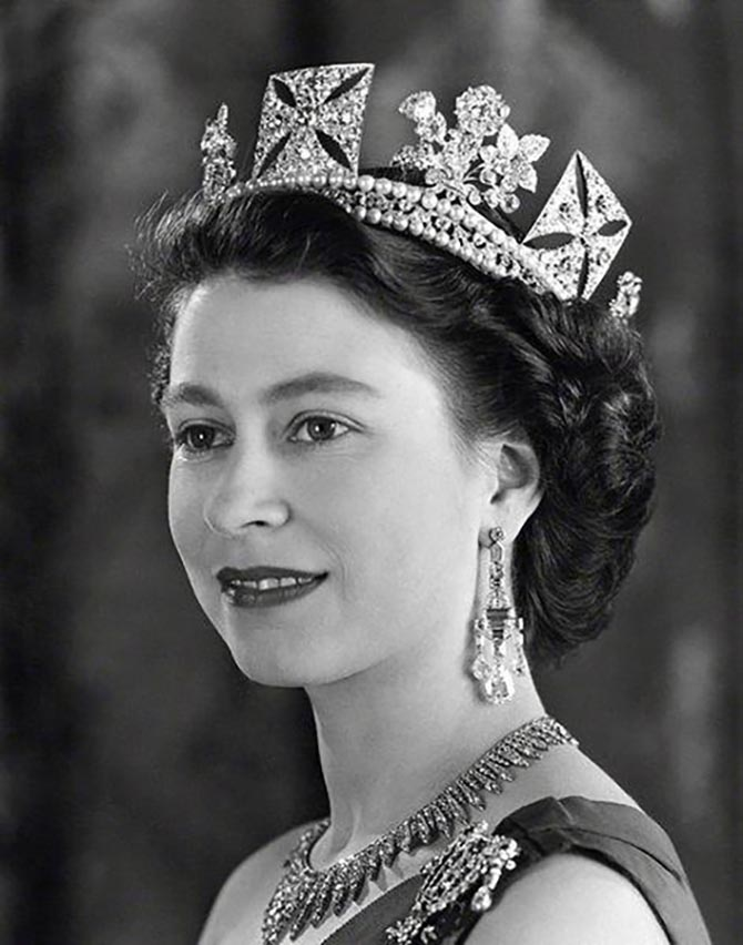 Queen Elizabeth wearing the Greville Chandelier Earrings by Cartier in a 1953 portrait with the Diamond Diadem and the City of London Necklace. Photo ©Baron/Camera Press