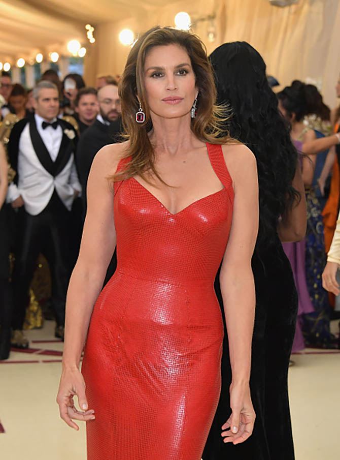 Cindy Crawford matched her fire engine red Versace dress with ruby and diamond earrings from Jacob & Co.