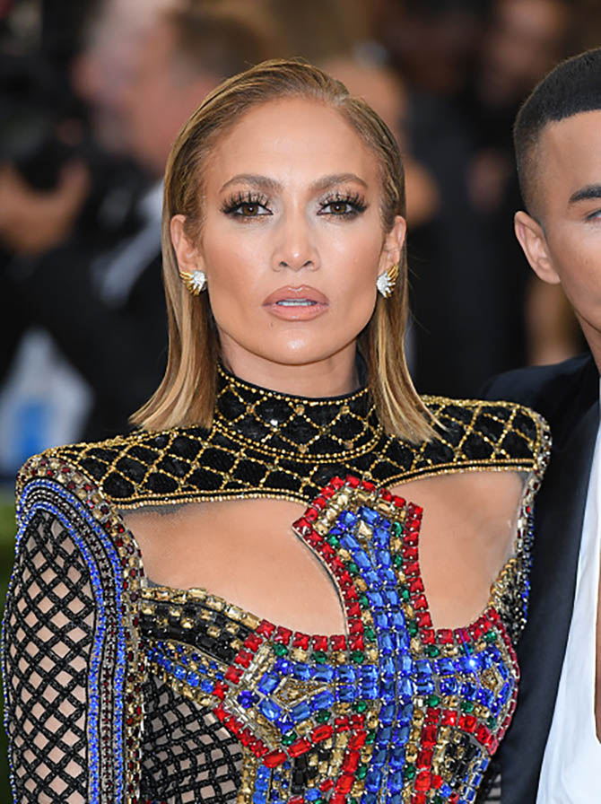 Jennifer Lopez complemented her Balmain gown with Tiffany Schlumberger earrings.