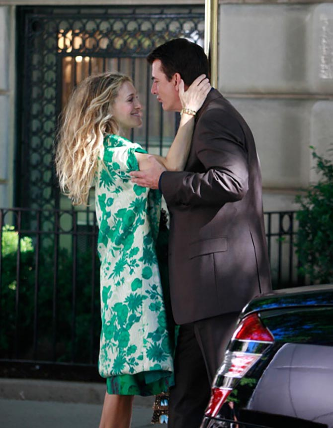 Chris Noth aka Mr. Big with Sarah Jessica Parker wearing the Verdura Curb-Link Gold Bracelet in the Sex and the City Movie. Photo