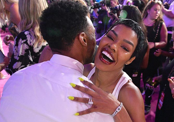 Teyana Taylor at the 2018 MTV VMAs in her diamond engagemnt ring and wedding band