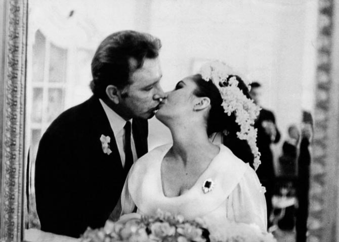 Elizabeth Taylor and Richard Burton seal their union with a kiss at their wedding. She is wearing the Bulgari engagement brooch. Photo Getty