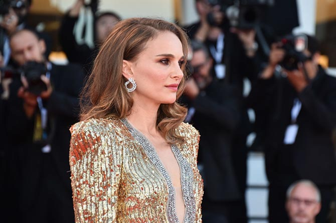 At the Vox Lux screening, Natalie Portman paired Chopard laurel wreath diamond earrings from the Green Carpet Collection with a Gucci Gown.