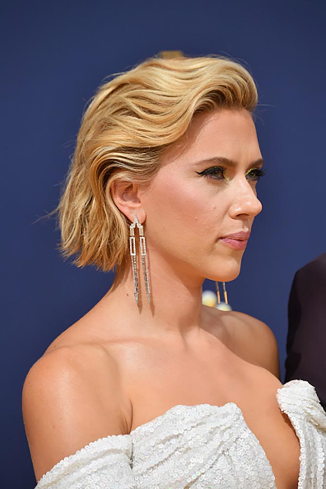 Scarlett Johansson arrives at the 70th Emmy Awards wearing Nikos Koulis earrings.