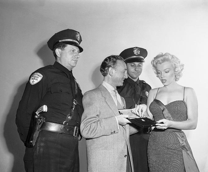 Marilyn Monroe being shown the Moon of Baroda by the Jewelry Academy's Manney Lippett of Santa Monica. Photo Getty