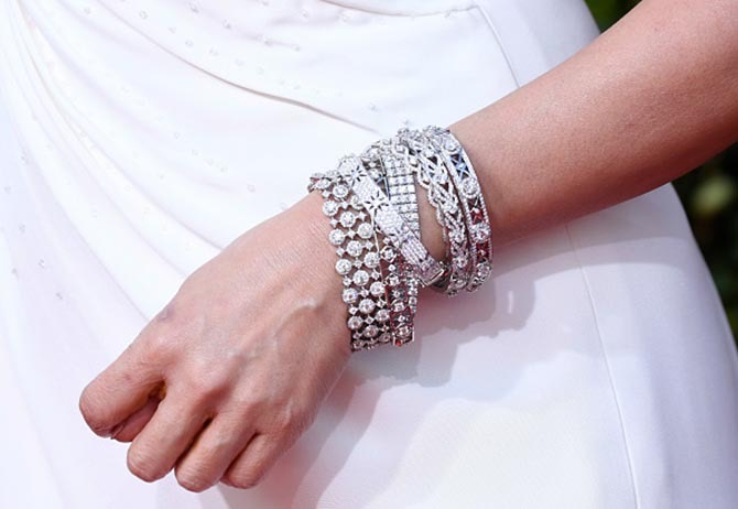 Sandra Oh jewelry detail