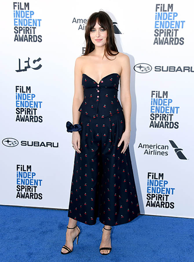 Dakota Johnson wore a scrunchie by Sophie Buhai as a bracelet at the Indepenent Spirit Awards