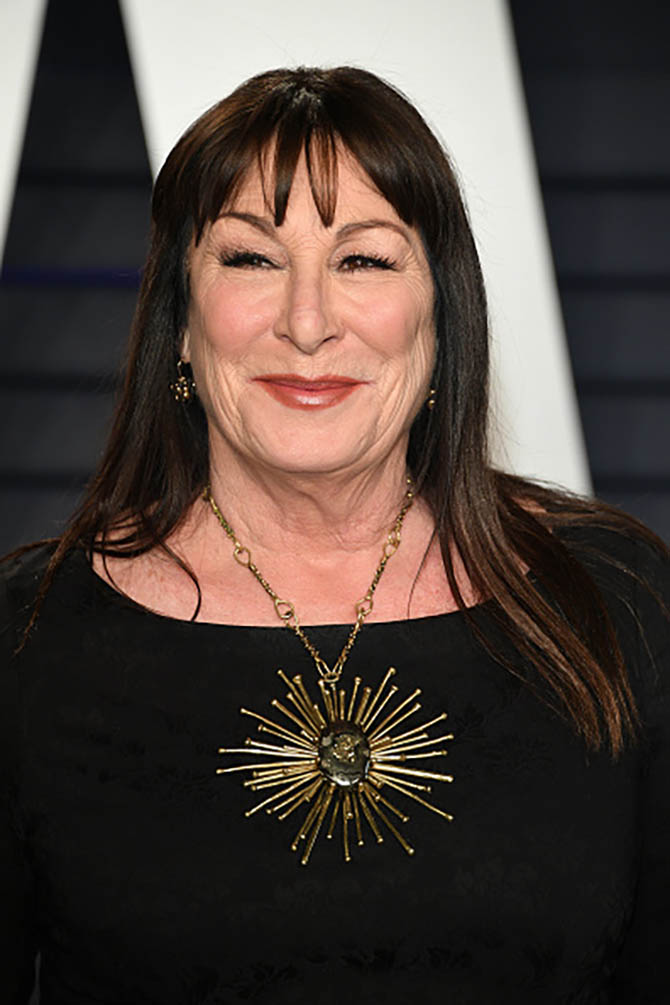 Anjelica Huston wore a necklace from Lisa Eisner.