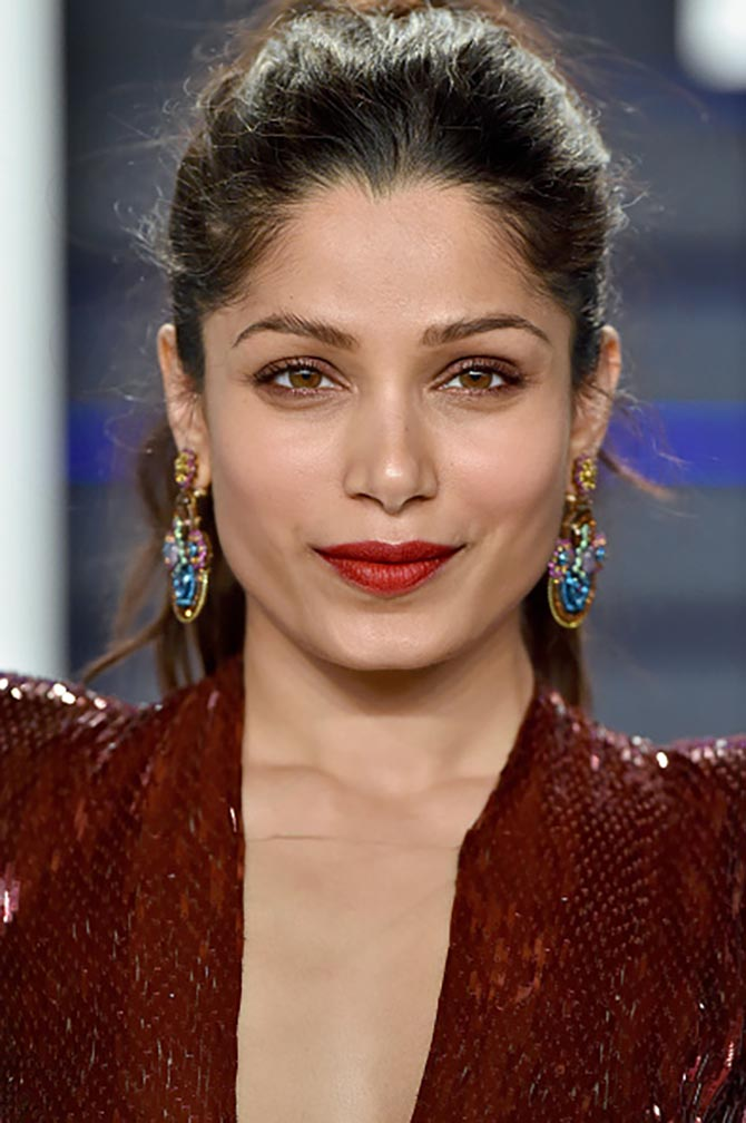 Freida Pinto wore earrings by Chopard.
