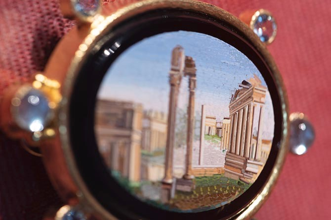 The Roman Forum depicted in a 19th century mosaic set in an Elizabeth Locke gold brooch accented with aquamarines on display in exhibition A Return to the Grand Tour: Micromosaic Jewels From the Collection of Elizabeth Locke. Photo David Stover © Virginia Museum of Fine Arts