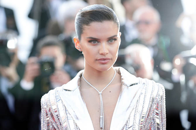 Sara Sampaio in a Pompon gold necklace by Boucheron.