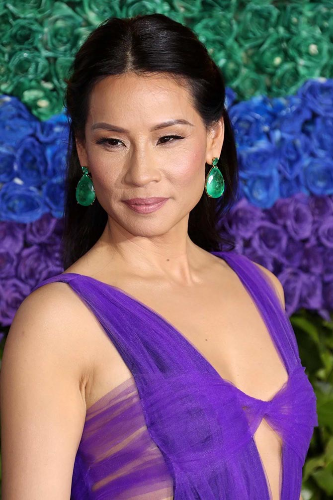 Lucy Liu wore 100-carat emerald earrings by Lorraine Schwartz.
