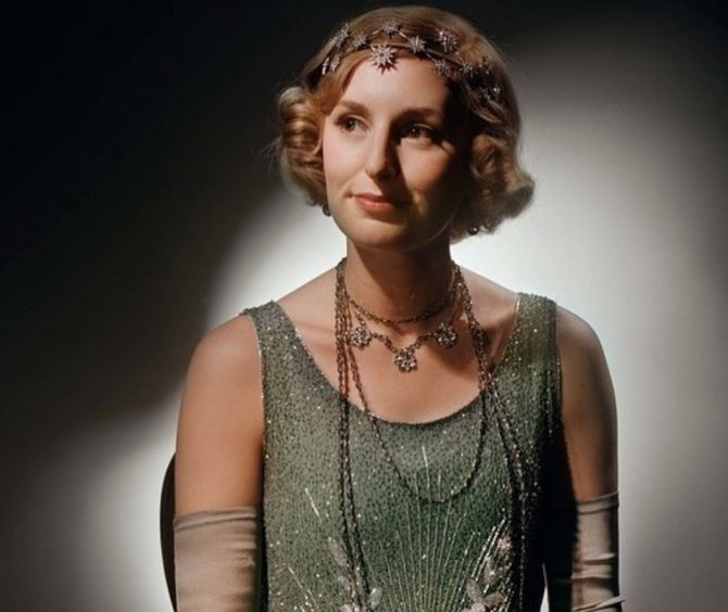 In the finale Lady Edith wears layers of long necklaces with a dazzling piece of diamond headgear featuring an array of starbursts across her brow.
