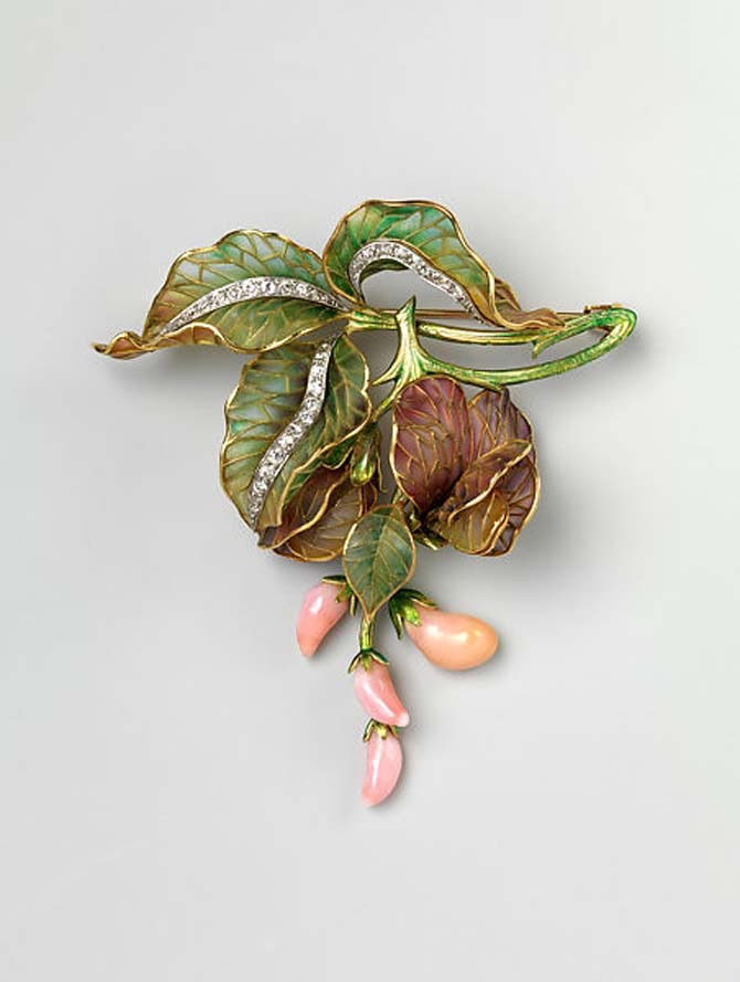 Brooch by Marcus & Co. composed o plique-à-jour enamel, conch pearl, diamond, platinum and eighteen karat gold. Photo Met