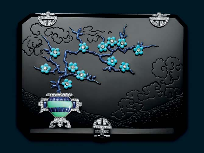 Cut-cornered rectangular onyx case with an engraved Japanese landscape, decorated with a lapis lazuli and simulated turquoise jar with millegrain-set rose-cut diamond handles extending a blue enamel cherry blossom tree set with turquoise cabochon flowers with diamond pistils. Diamond-set shòu motif clasp and hinges. French assay mark and Strauss Allard Meyer. Photo © diode SA – Denis Hayoun