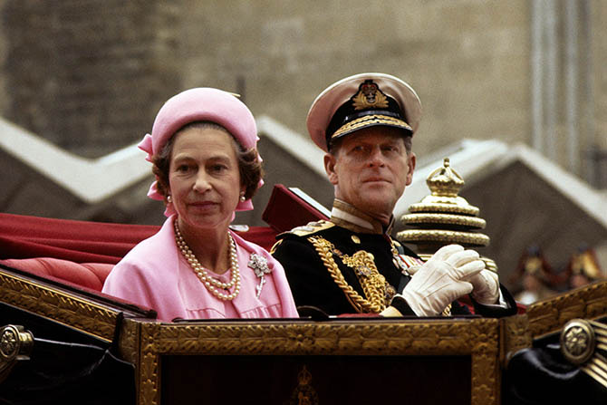 Prince Phillip riding in a carriage with Queen Elizabeth II who is wearing the Williamson Pink Diamond brooch and pearls during a celebration for her Silver Jubilee in 1977. Photo Alamy