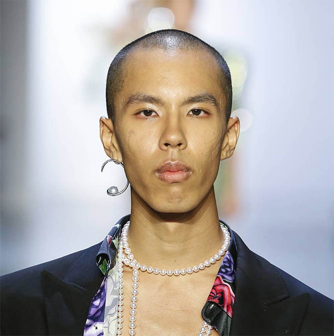 Pearl house Tasaki sent High Jewelry ropes of pearl necklaces and bold earrings designed by Director Prabal Gurung down the runway during New York Fashion Week on men.