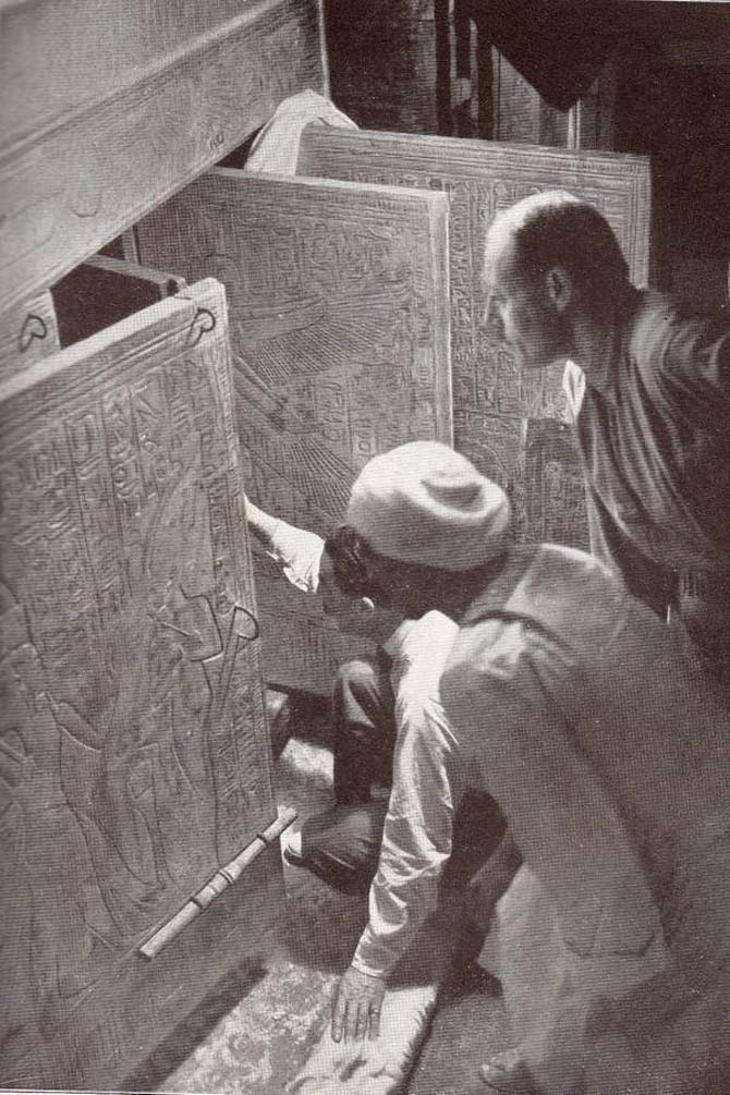 Archeologist Howard Carter (center) looking inside an Egyptian tomb during the 1920s. Photo Wikipedia Commons