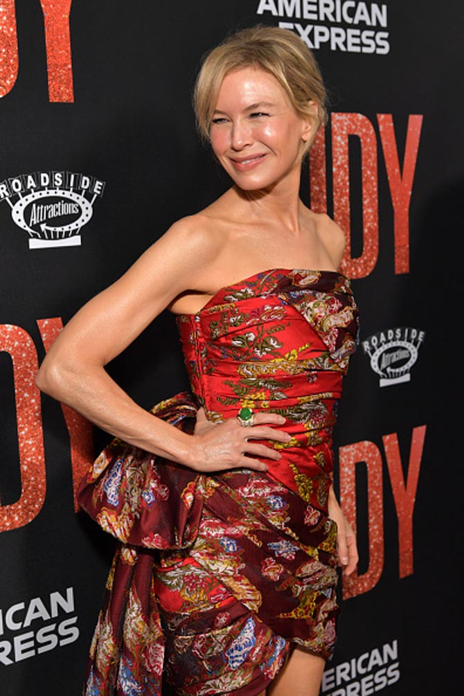 Renée Zellweger wore a David Webb gold Link Ring set with cabochon jade, rubies and diamonds at the Los Angeles premiere of Judy on September 19, 2019. Photo Getty