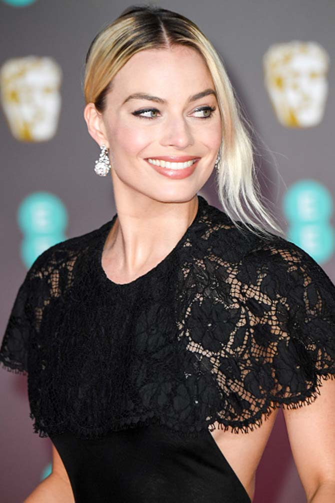 Margot Robbie wore diamond earrings by Chanel.